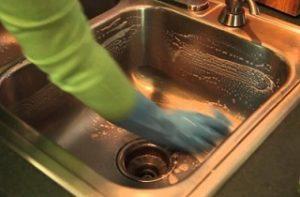 membersihkan wastafel