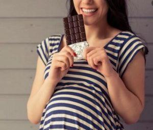 ibu hamil makan cokelat
