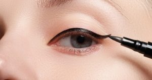 aplikasi eyeliner