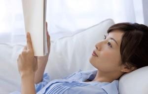 membaca buku di rumah