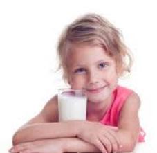 anak kecil minum susu