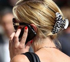 wanita-menggunakan-handphone
