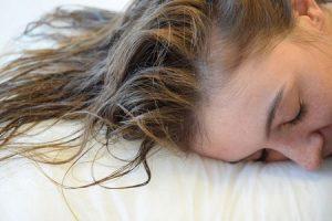 tidur dengan rambut basah