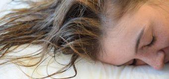 Tidur dengan Rambut Basah Ternyata Berbahaya, Cek Yuk!
